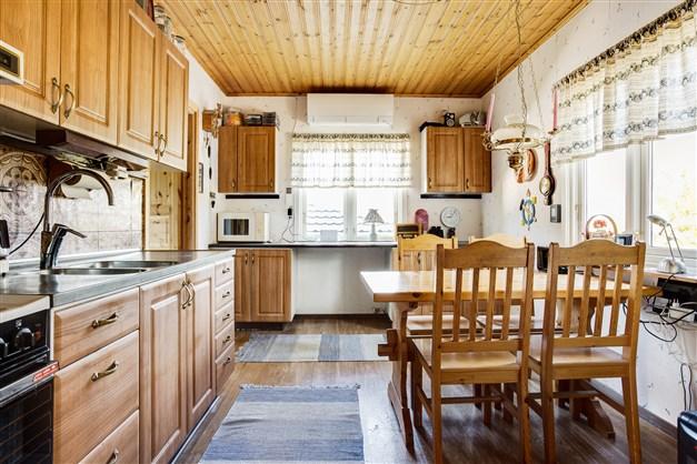 Kök med originalstommar och nyare luckor. Här finns luftvärmepumpen.
