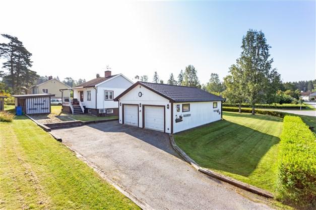 Villan för den lilla familjen med härlig trädgård, fint hörnläge och dubbelgarage!