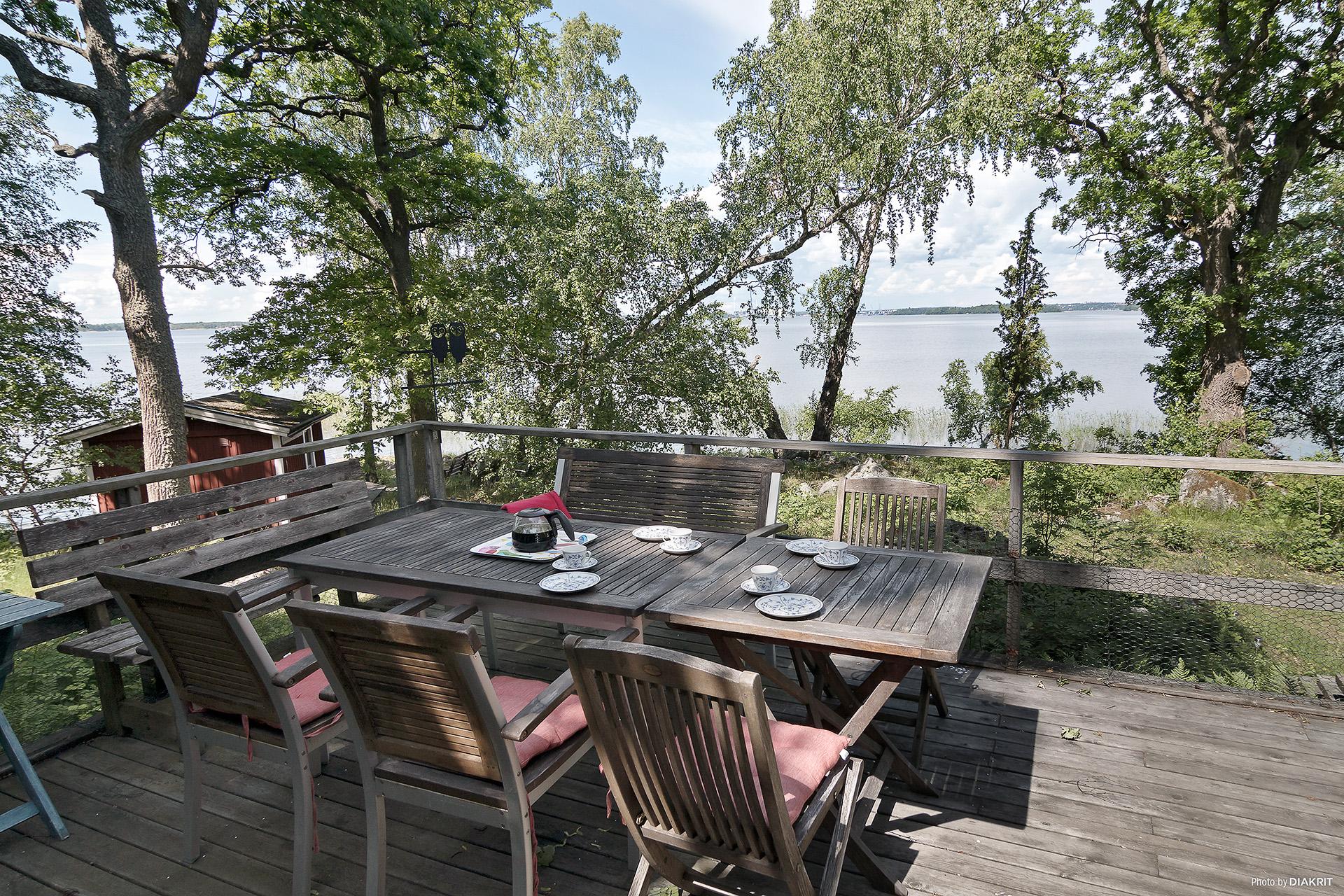 Härlig utsikt mot vattnet och Västerås från altanen