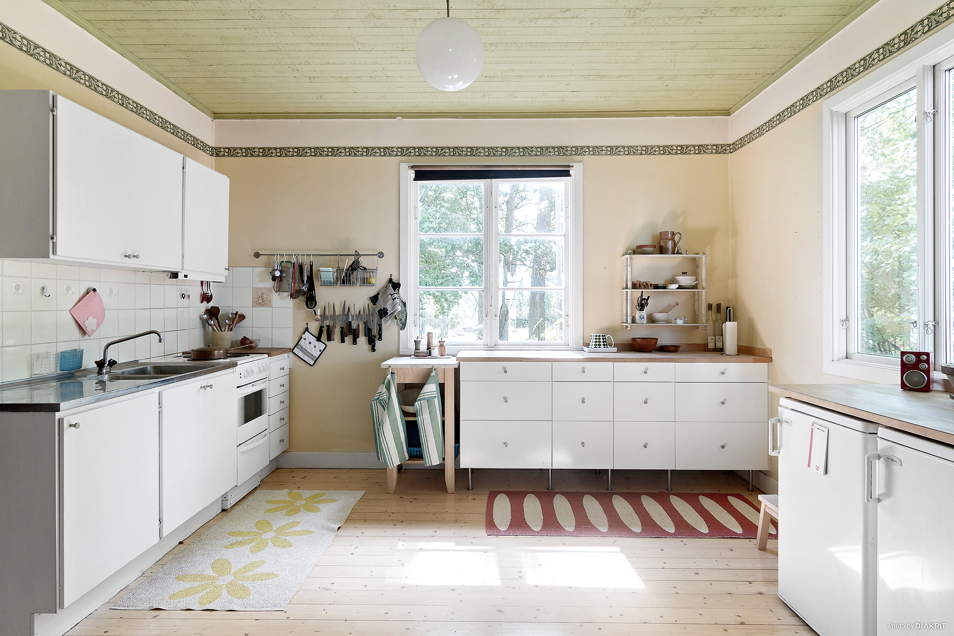 Rymligt kök med gott om förvaringsutrymmen
