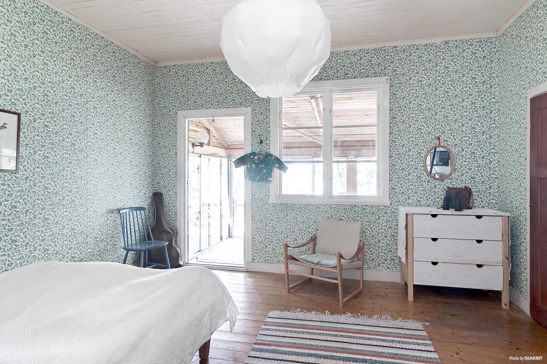 Sovrum med utgång till uterummet