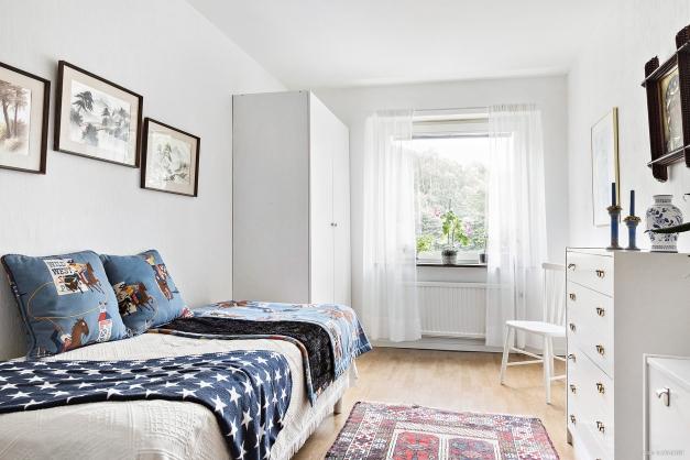 Sovrum 2 är kvadratiskt med praktiskt garderob för klädförvaring.