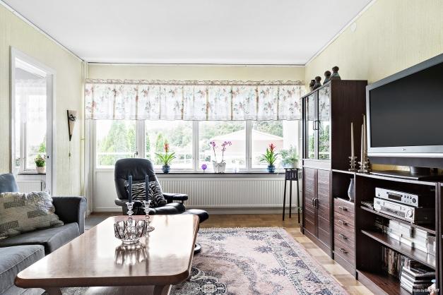 Rummet har stora fönsterpartier som ger ett härligt ljusinsläpp.