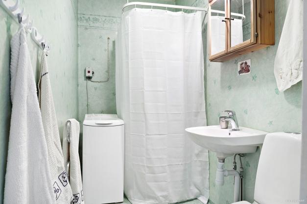Badrummet är kvadratsmart med dusch och toppmatad tvättmaskin.
