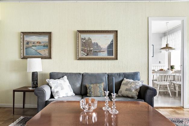 Vardagsrummet nås både från köket och hallen.