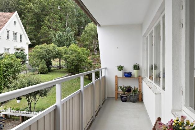 Balkongen ligger i ett västerläge med härligt grönska utanför.