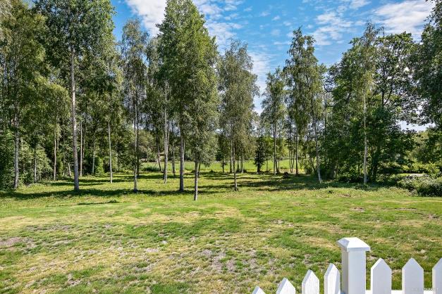 Parkliknade strandtomt mot Lillsjön