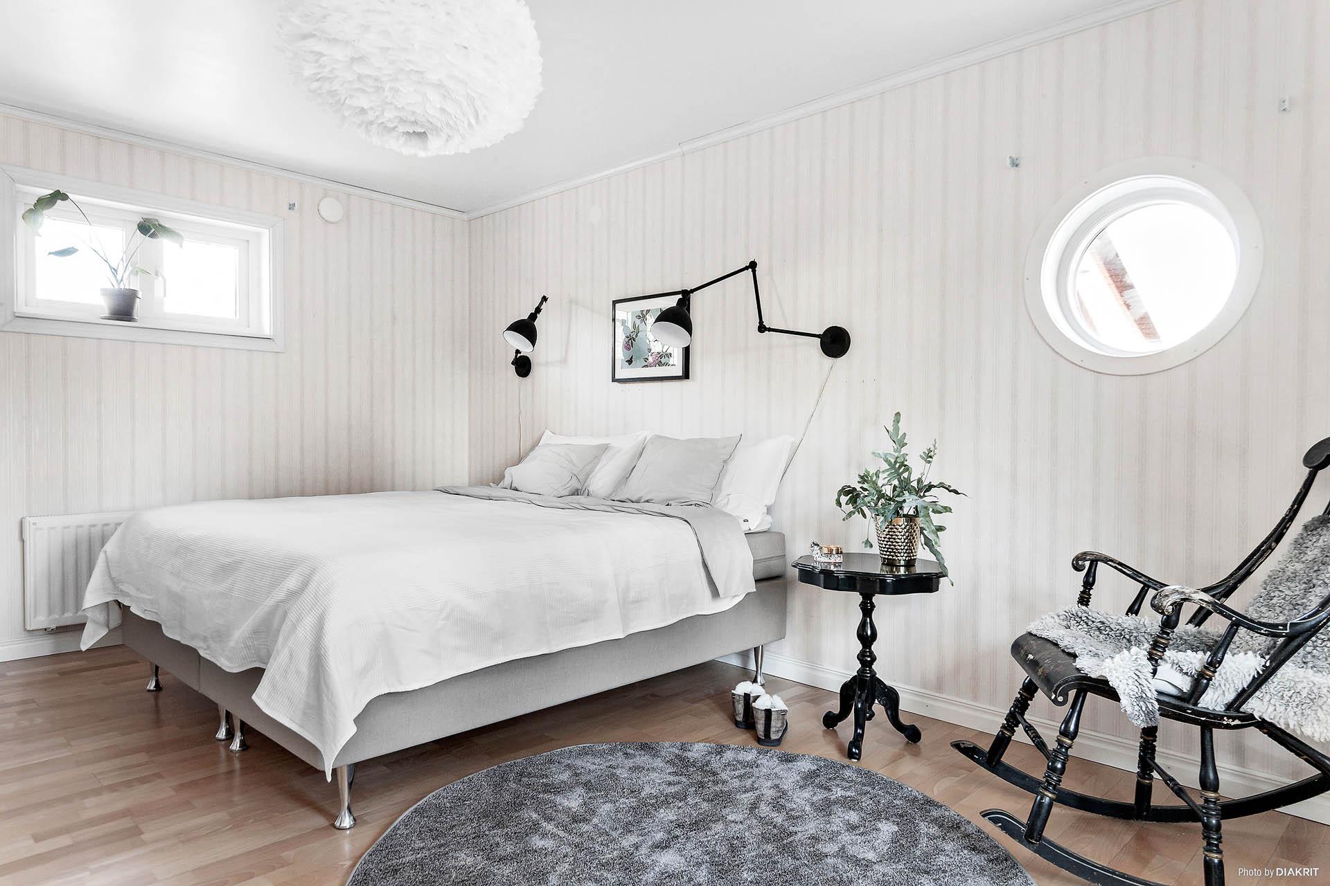 Generöst sovrum med charmiga fönster