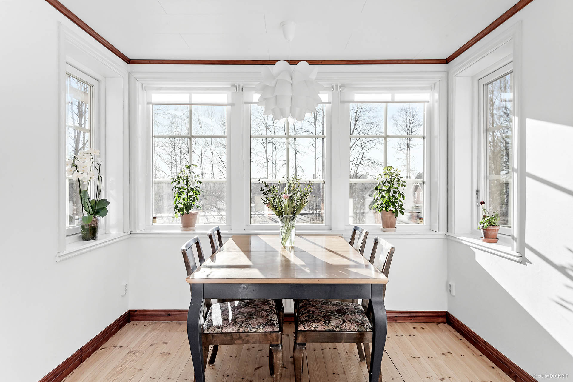 Matplats intill vackra spröjsade fönster med utsikt