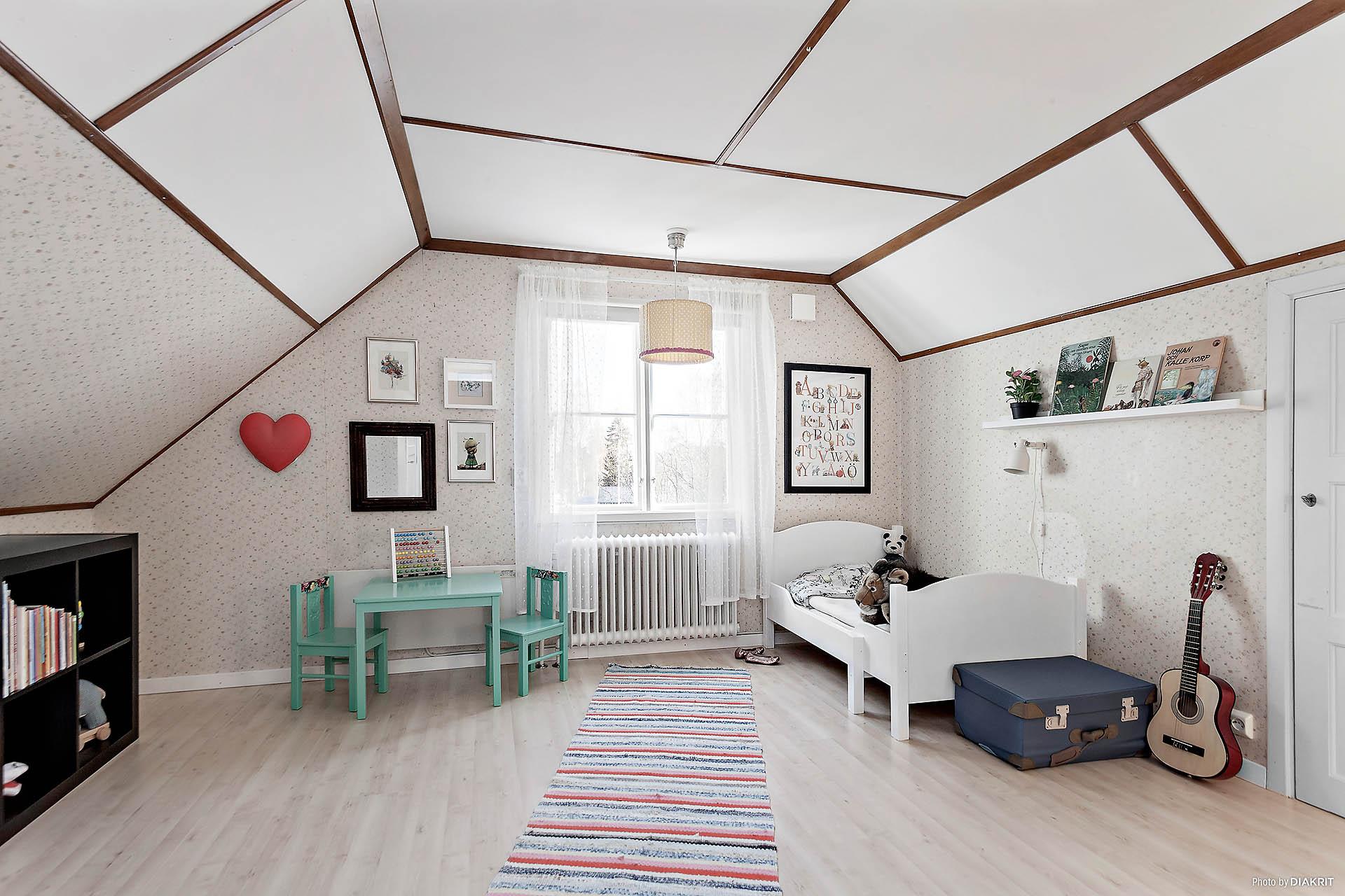 Stort sovrum på våningsplan