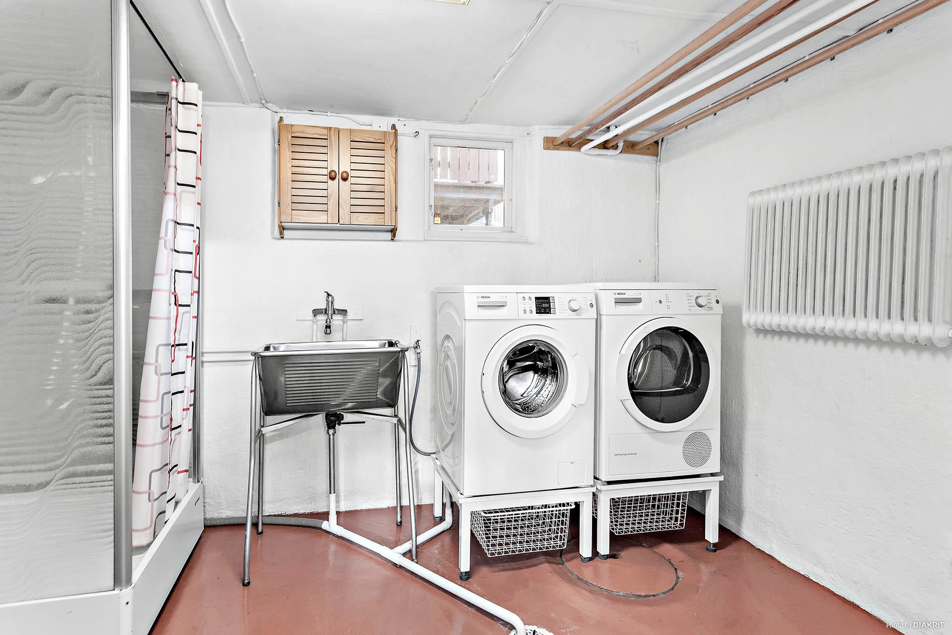 Tvättstuga och duschutrymme finns i källaren
