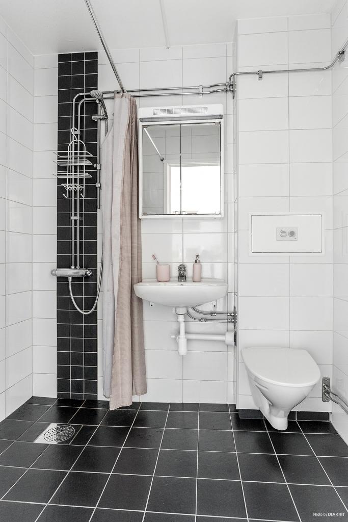 Stilfullt helkaklat och stambytt duschrum. Förberett för mindre tvättmaskin med framdraget vatten och avlopp