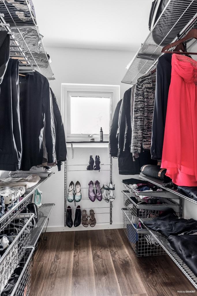 """Välplanerad klädkammare/Walking closet med praktiskt förvaringssystem """"Elfa"""""""