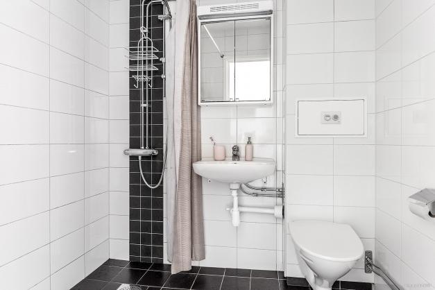 Duschrum med vägghängd wc för enkel och praktisk städning