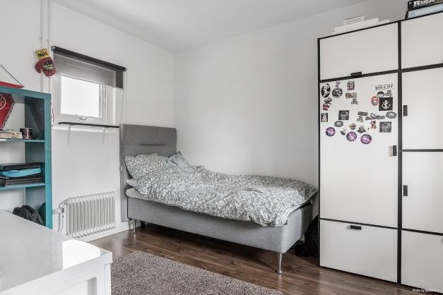 Mindre sovrum med två fönster för extra ljus och rymd