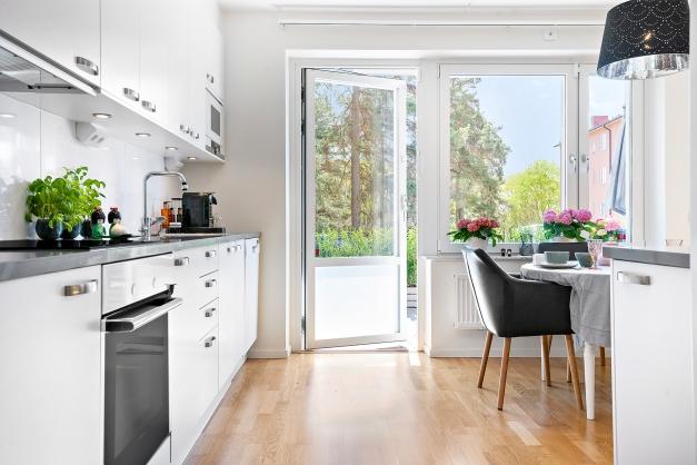 Uteplats, kök, matplats och vardagsrum hänger samman - bästa planlösningen.