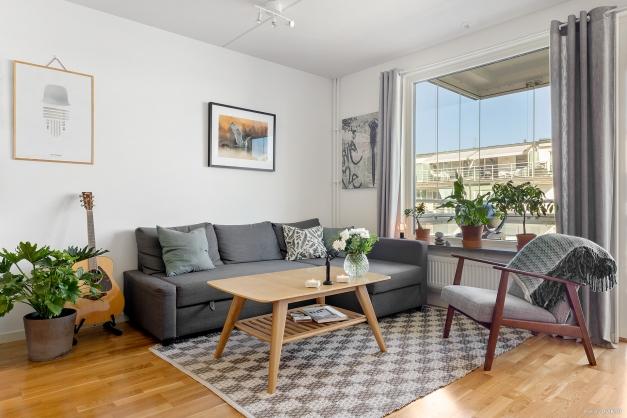 Vardagsrum med gott om plats för soffa