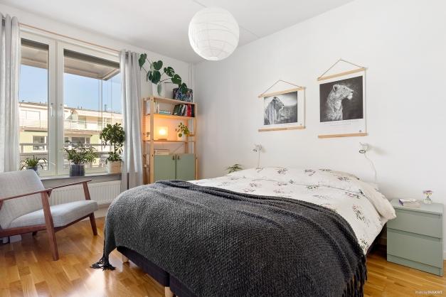 Stort sovrum med garderobsvägg