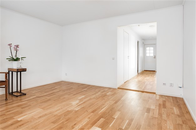I vardagsrummet finns plats för både säng och liten soffhörna.