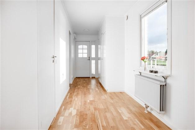 Välkommen in! Stor och ljus hall med 3 garderober.