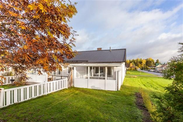 Helrenoverad 1:a i markplan i populärt område med fint hörnläge, altan och lättskött trädgård!