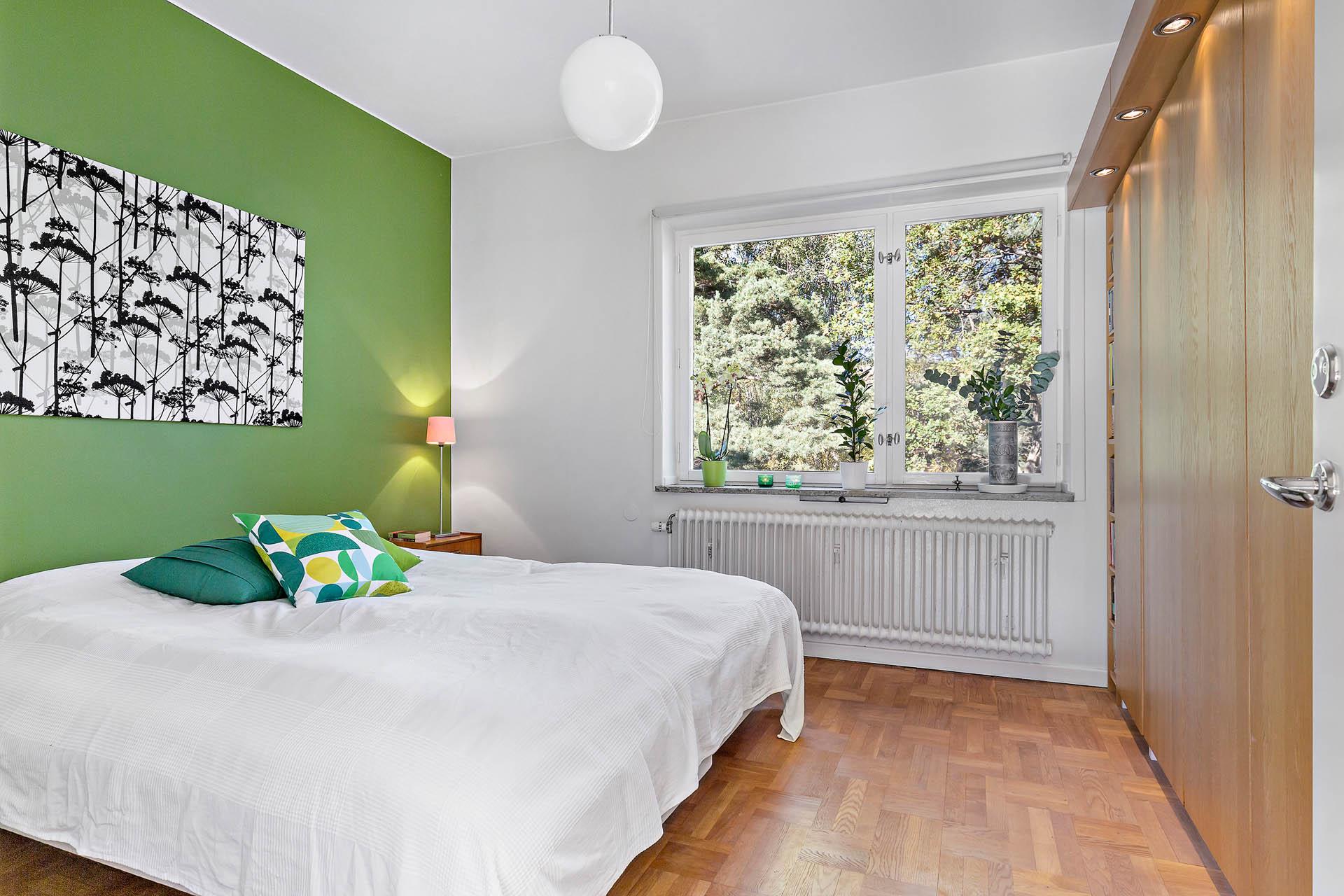 Rymligt sovrum mot lugn baksida. Förvaring genom garderobsvägg med infällda spotlights.