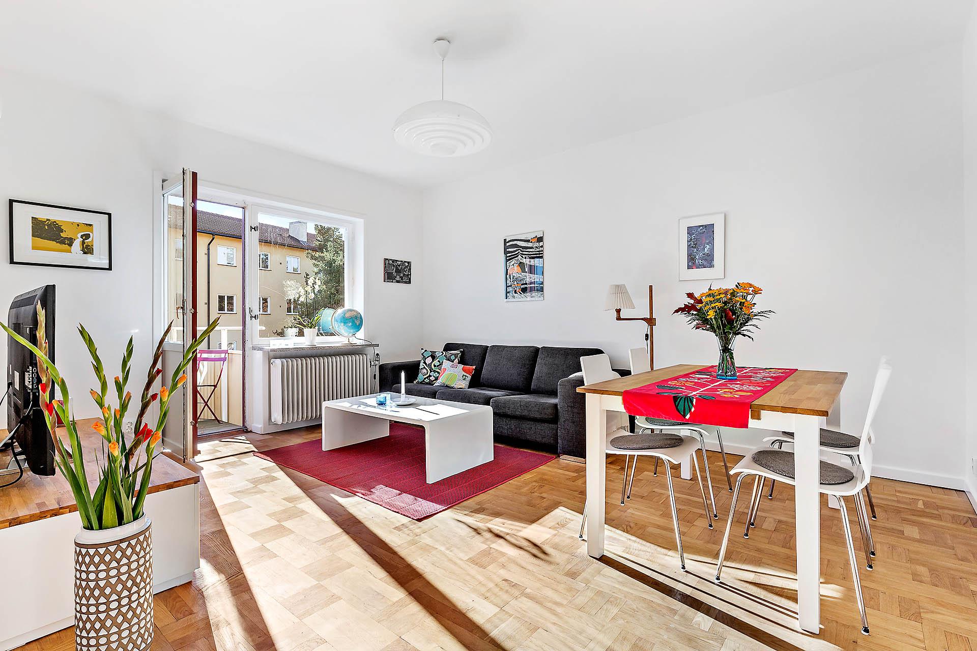 Rymligt vardagsrum med möbleringsalternativ.