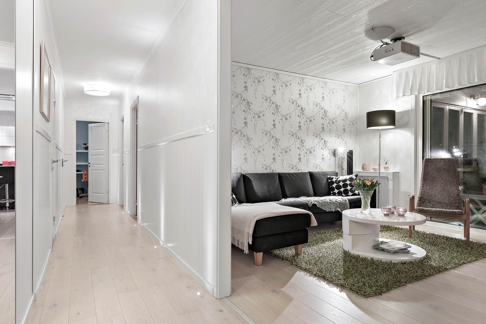 Hall med belysning i golvet