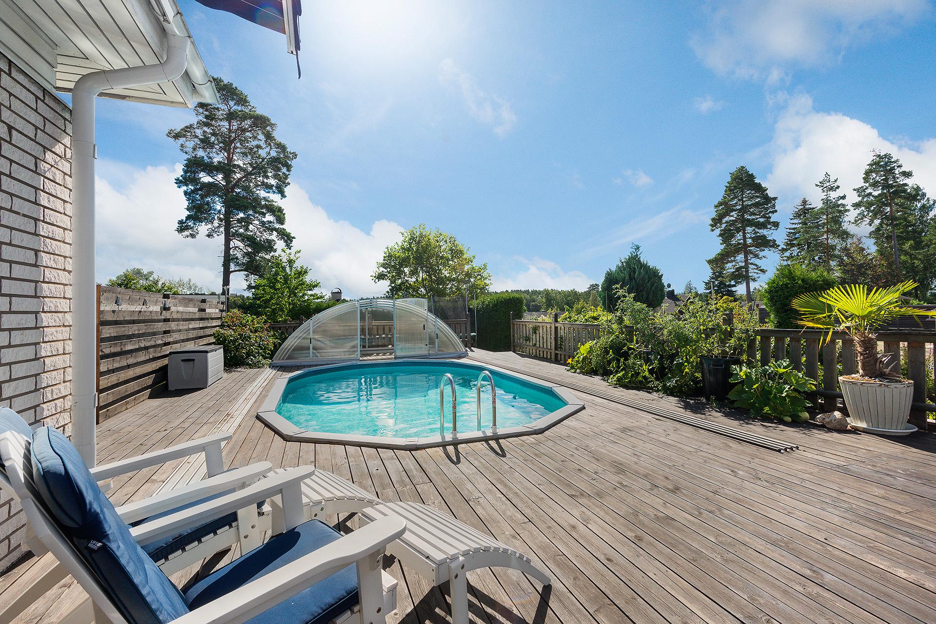 Trädäck med poolen