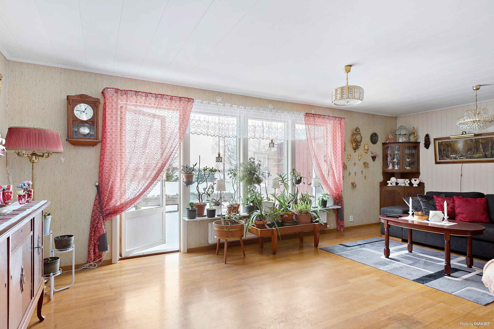 Lättmöblerat vardagsrum med utgång till altanen.