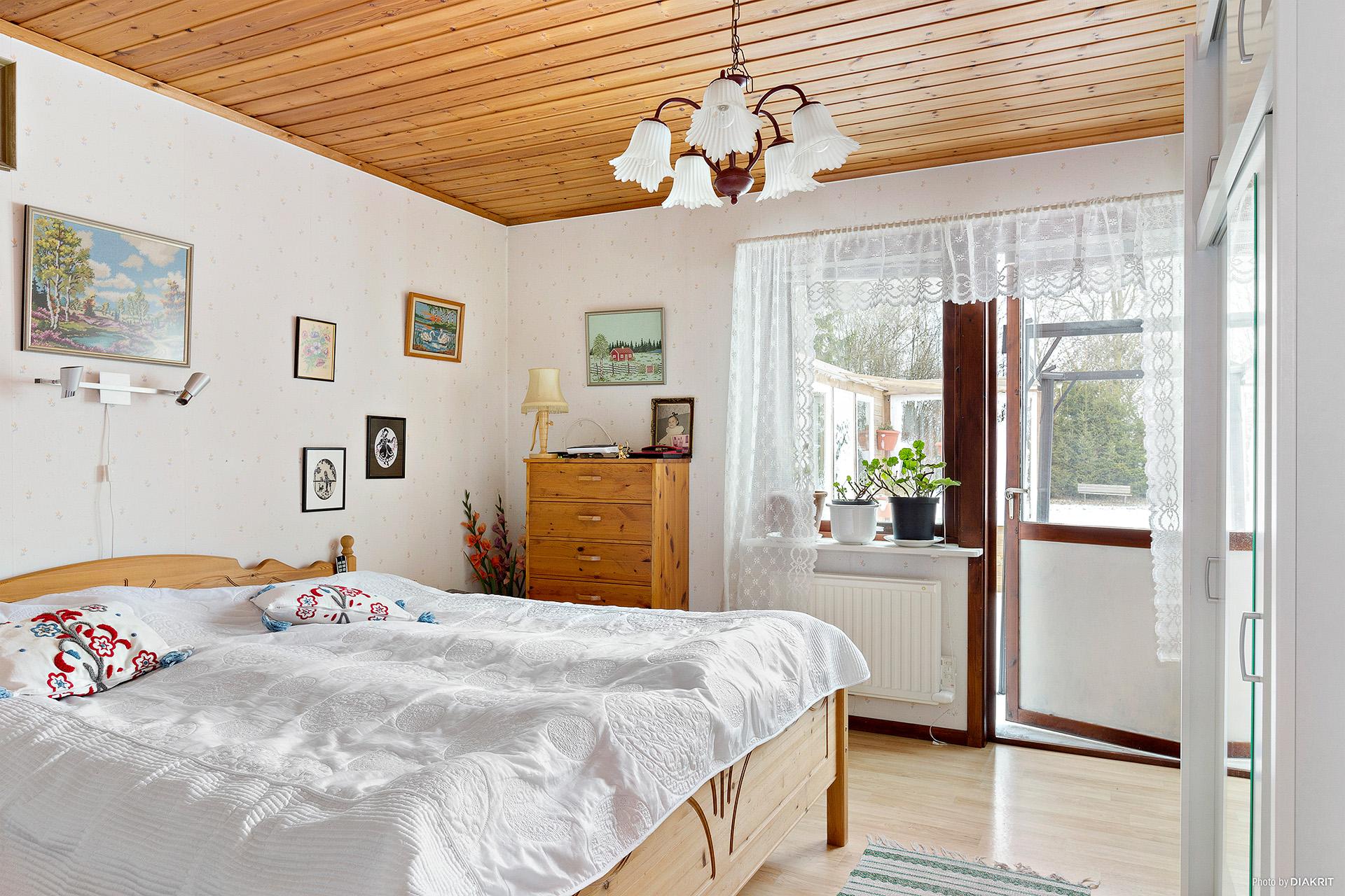Stora sovrummet med bra förvaring och utgång mot baksidans altan.