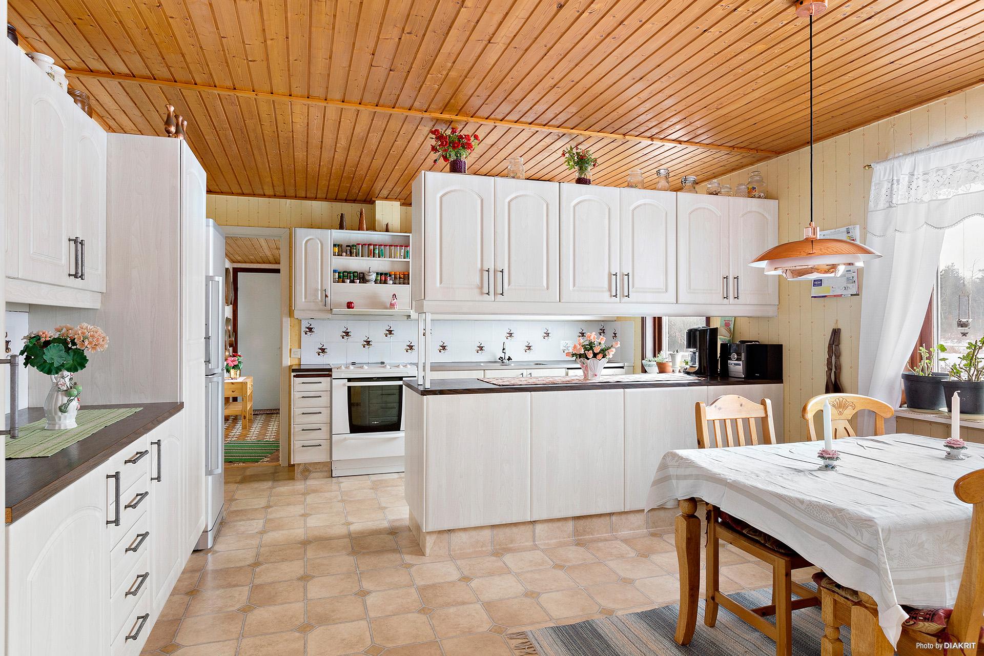 Stort, öppet kök avdelat med bardel.