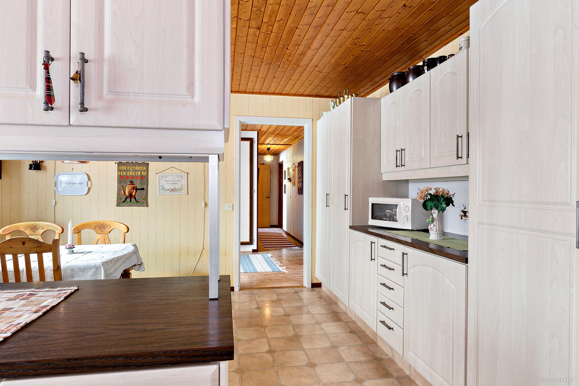 Köket med vy in i hallen och husets övriga rum.