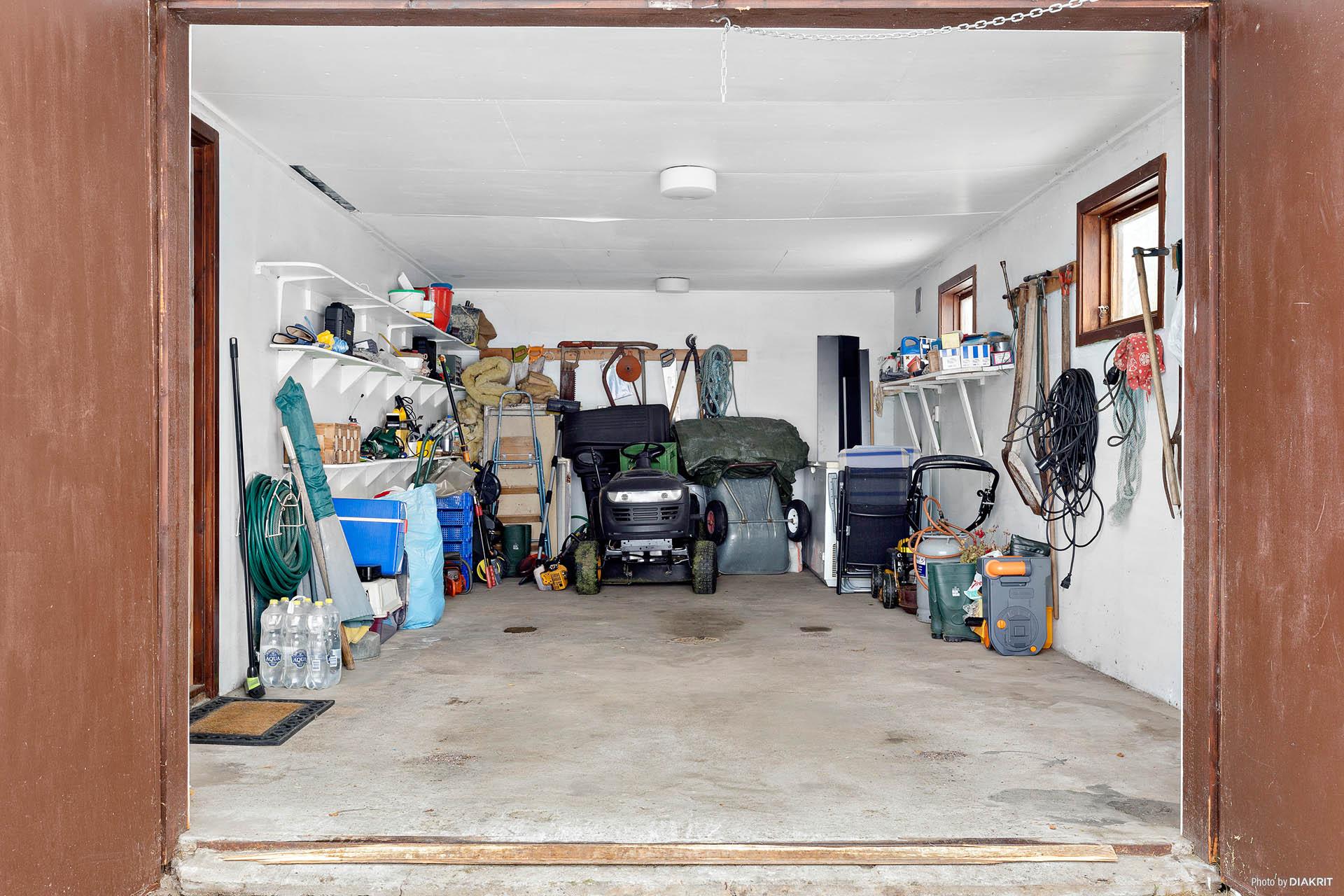 Garage med plats för en bil.