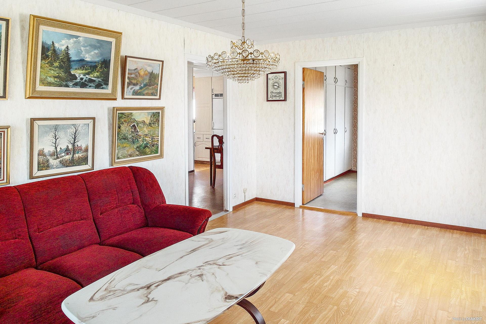 Vardagsrum mot hall och sovrum.