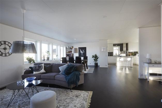 Vardagsrum i öppen planlösning med köket