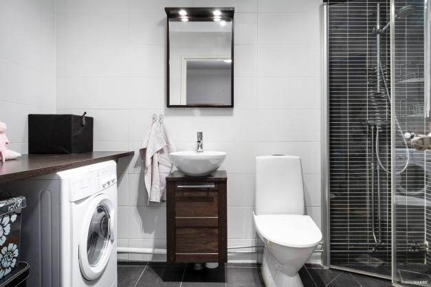Modernt badrum med fina färg och materialval.