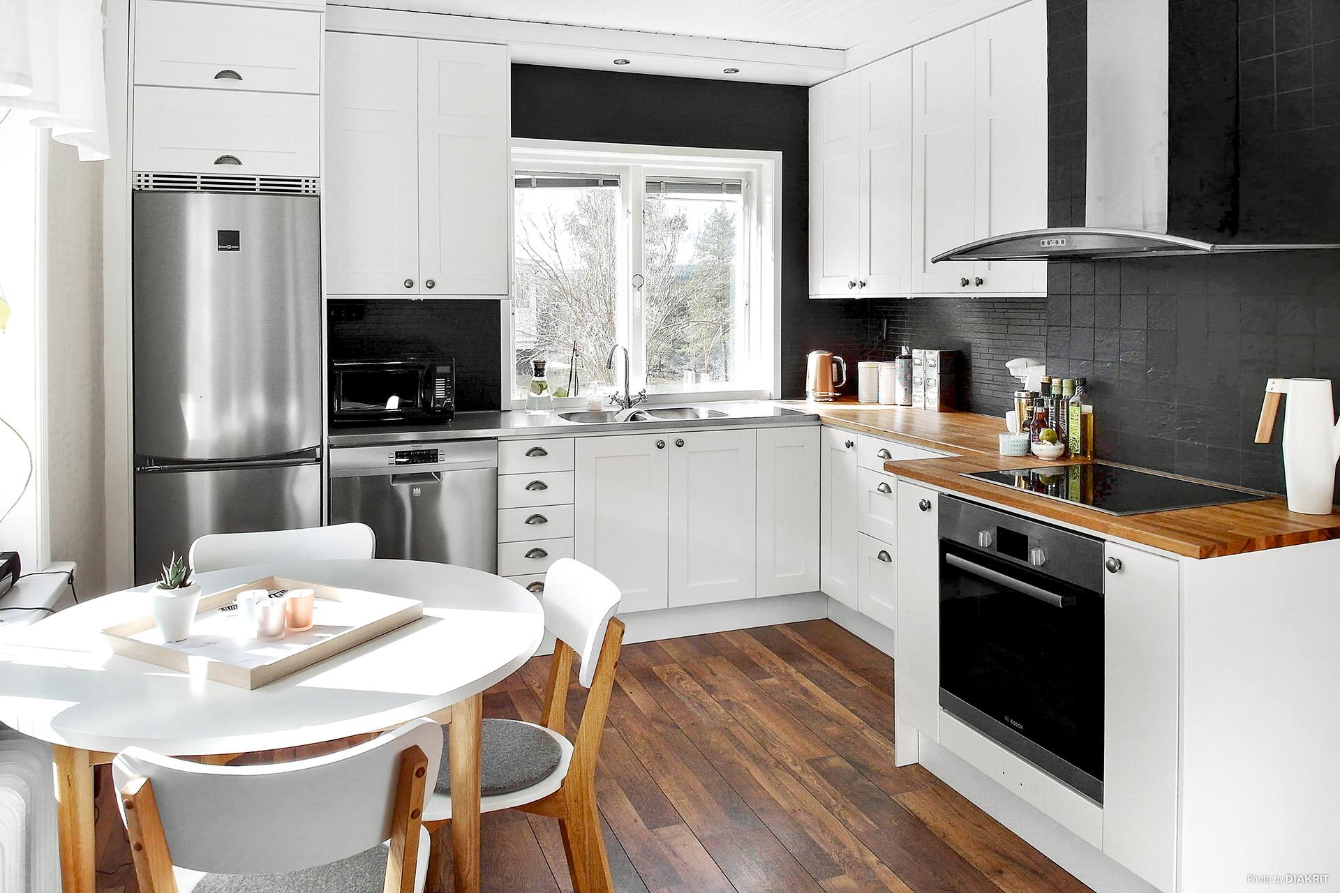 Renoverat kök med vitt Swenova och nyare vitvaror