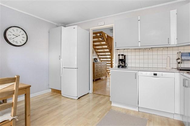I köket finns gott om förvaring och bra arbetsytor.