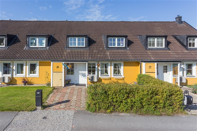 Fräscht radhus med bra läge på området med gångavstånd till förskola, skola, affär mm.
