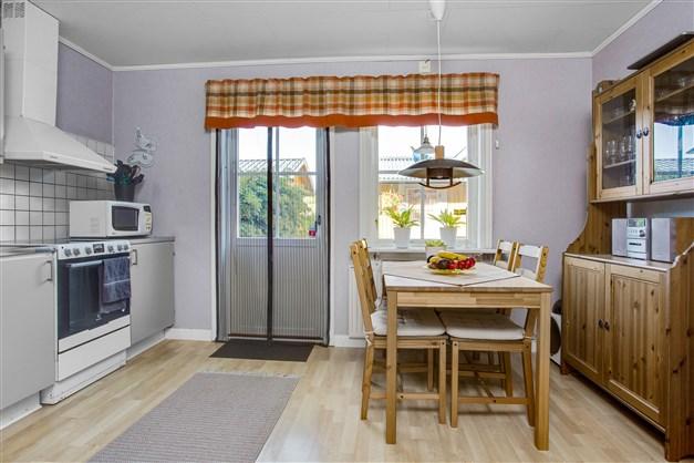 I köket finns plats för större köksmöbel.