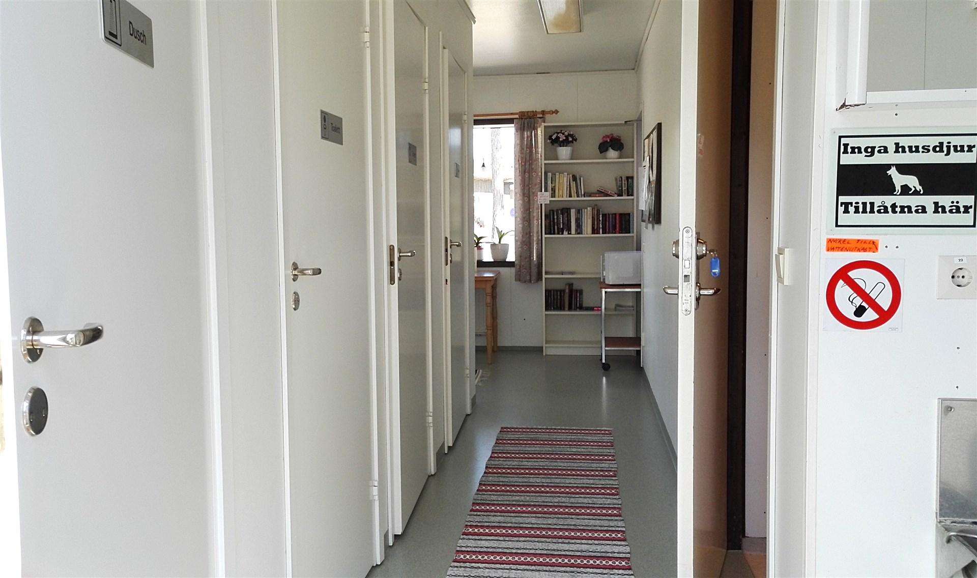 Servicedel för campinggäster. Två toaletter, två duschar samt ett kök hålls gästerna tillhanda.