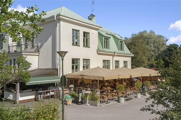 En kort promenad bort kan du njuta av goda måltider på Långbro värdshus