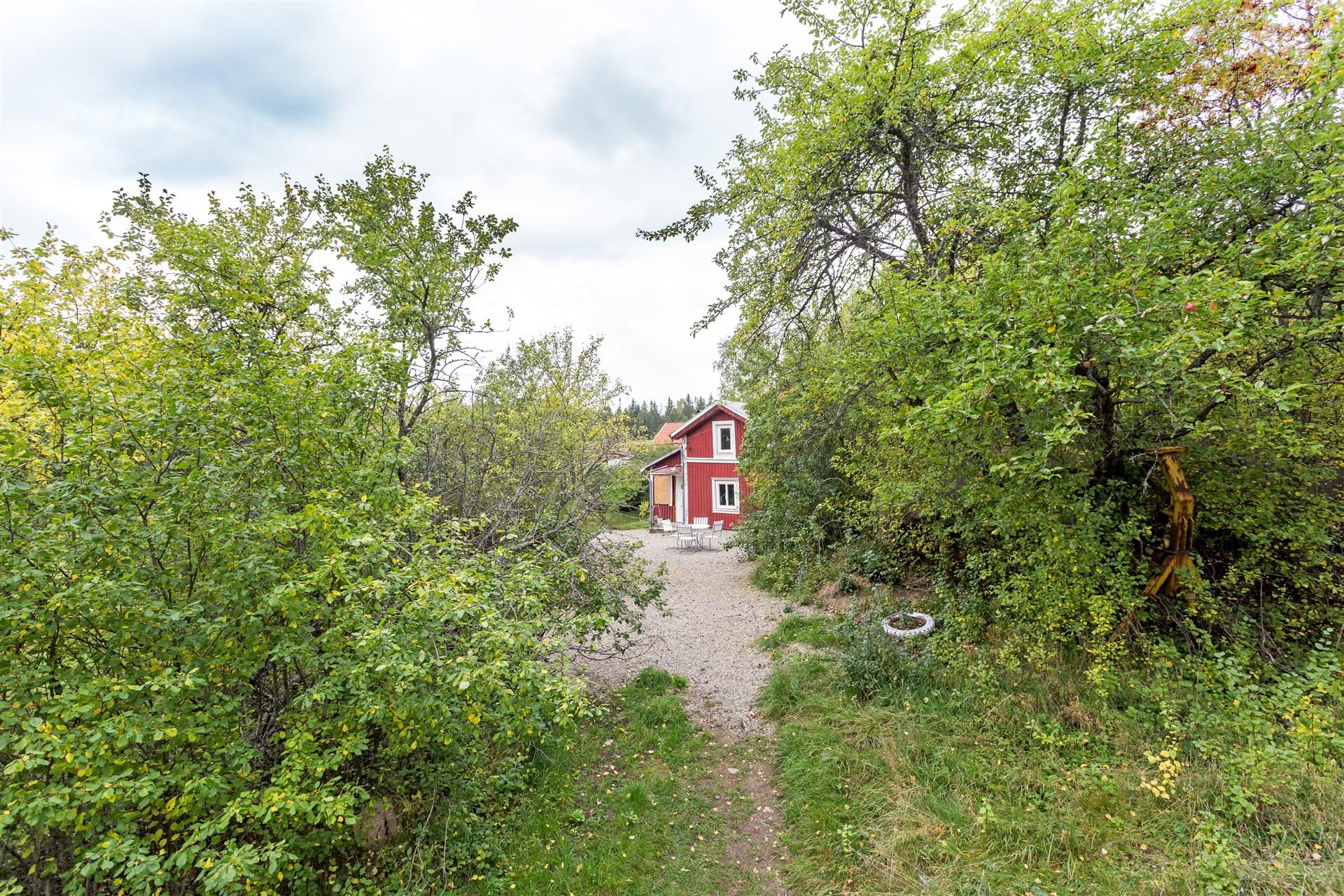 Charmigt naturnära hus med högt soligt läge.