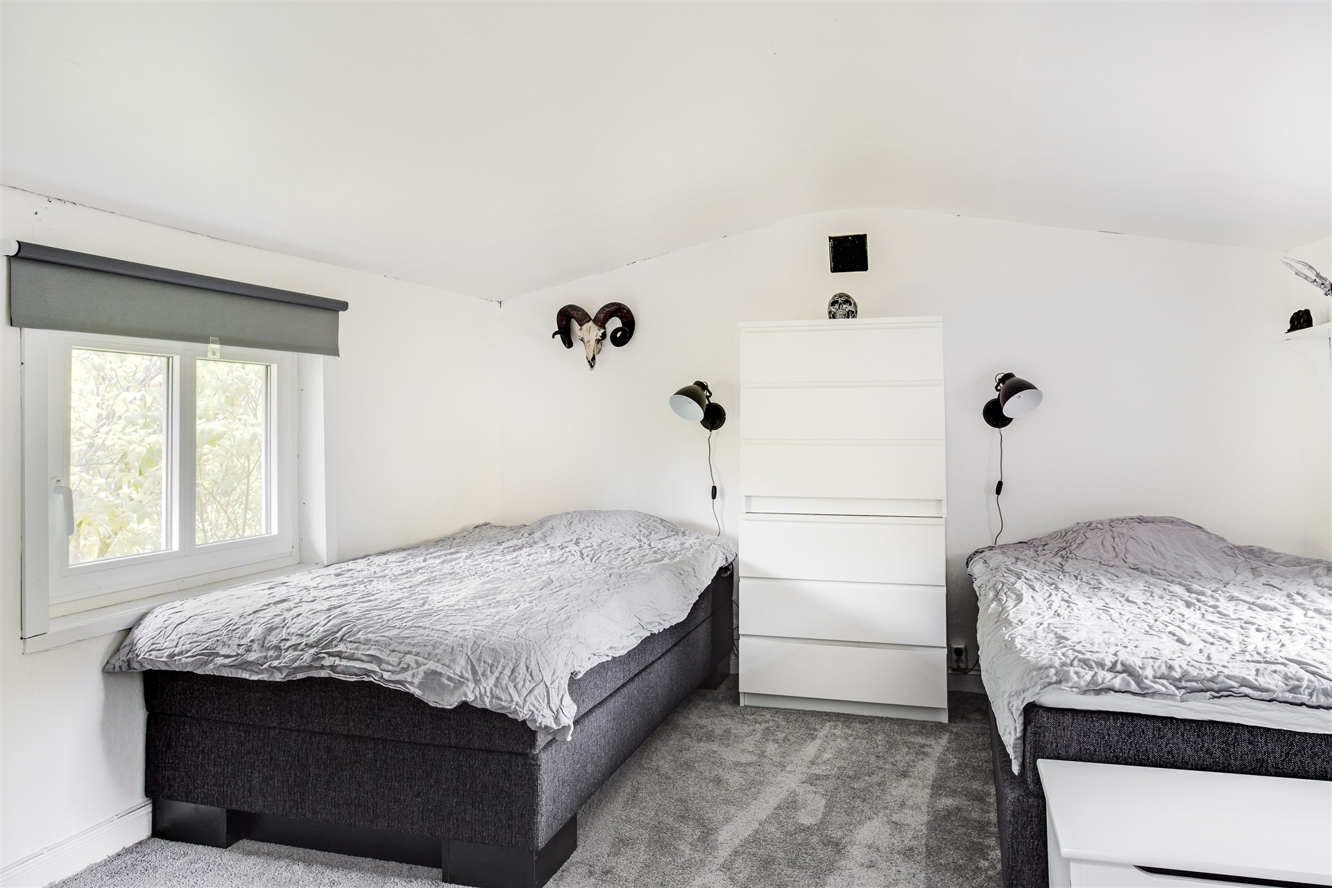 Sovrum 1 på övervåningen med heltäckningsmatta.