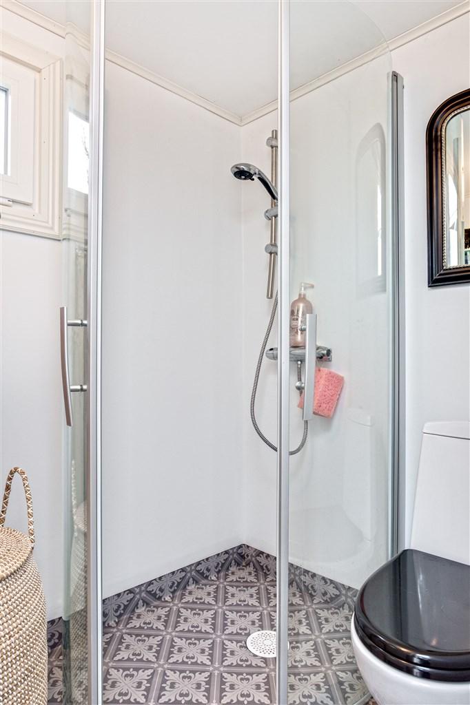 Dusch med glasdörrar.