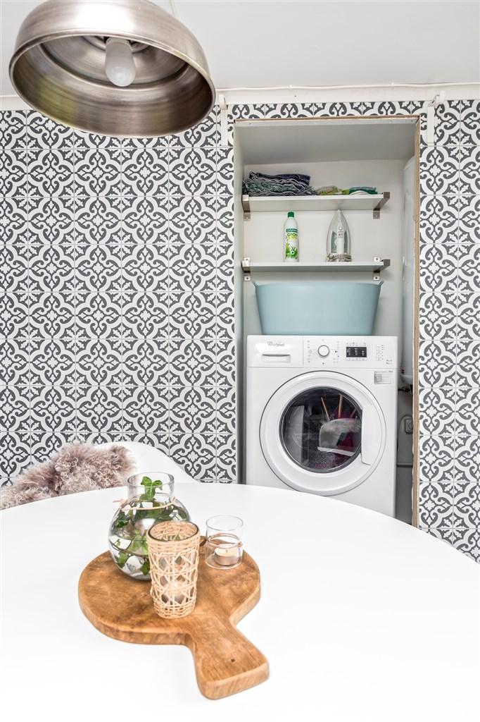 Utrymme i köket där tvättmaskin och VVB finns.