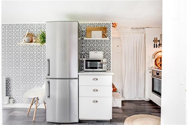 Renoverat kök med uppgång till övervåningen och ingång till matkällaren.