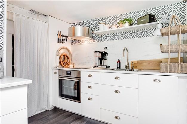 Fräscht kök med vit köksinredning. Integrerad diskmaskin och kolfilterfläkt.
