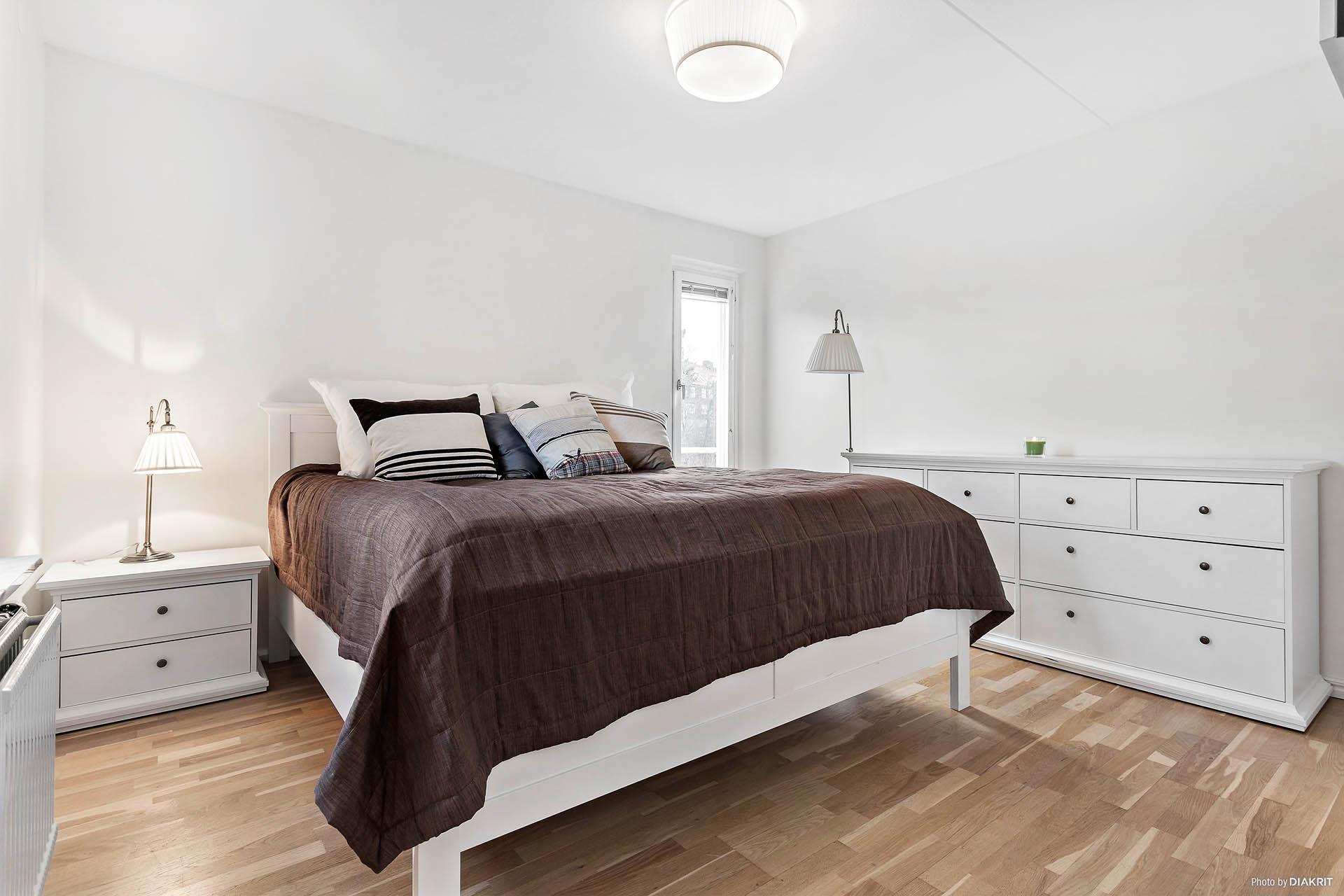 Stora sovrummet med fönster åt 2 väderstreck